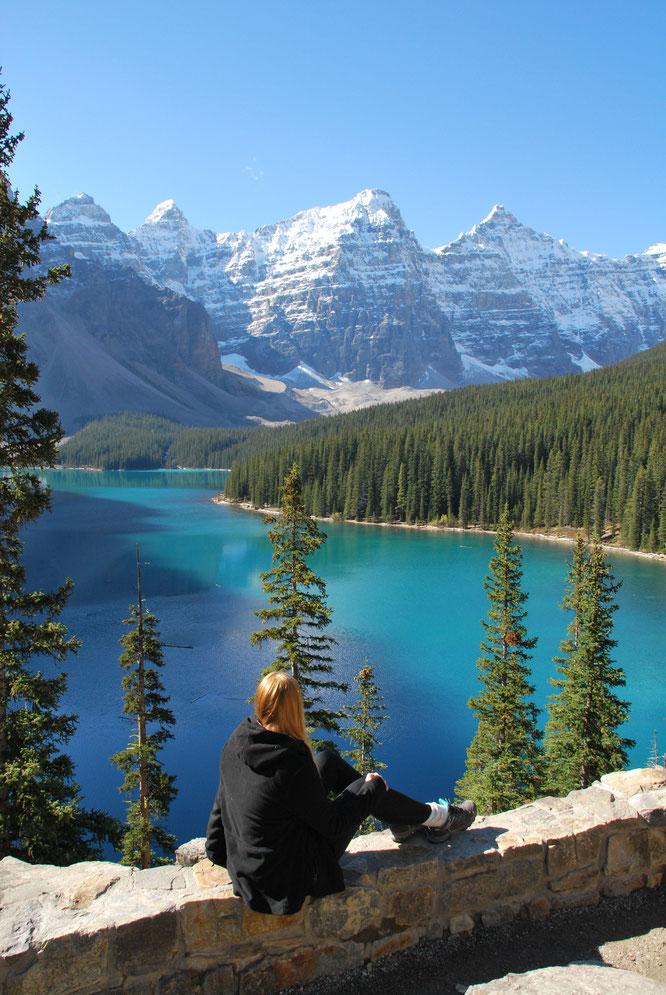 Lake Morraine - Ich habe mir 2015 einen langersehnten Wunsch erfüllt und bin für 6 Wochen mit dem Rucksack durch Kanada gereist. Ein Foto vor diesem türkisblauen Bergsee dürfte natürlich nicht fehlen!