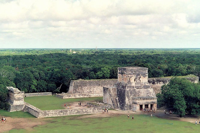 Lugar en el que se practicaba el juego de pelota en Chichén Itzá. Fuente: desconocida.
