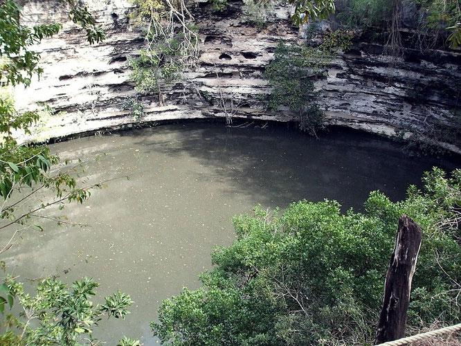 Cenote sagrado en el que se realizaban las ofrendas al dios Chaac, señor de la lluvia. Fuente: desconocida.