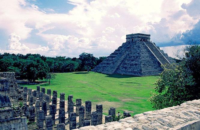 Templo de las Mil Columnas en un primer plano y de fondo la Pirámide de Kukulkán en Chichén. Fuente: Claude Belair.