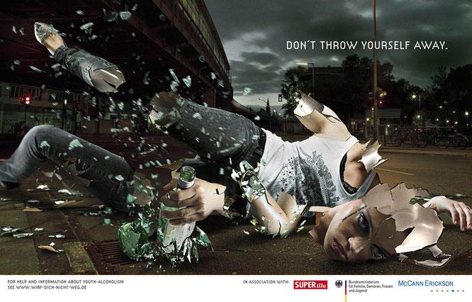 """Campaña en contra del abuso de alcohol realizada en Alemania. """"No te tires a ti mismo""""."""