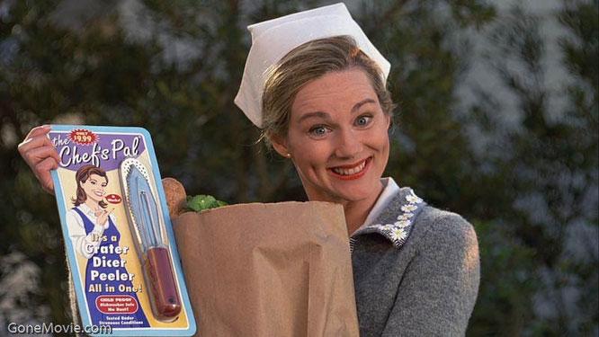 La actriz Laura Linney interpreta a la mujer de Truman, que en varios momentos de la película muestra a la cámara productos a modo de publicidad encubierta. Fuente fotografía: www.gonemovie.com.