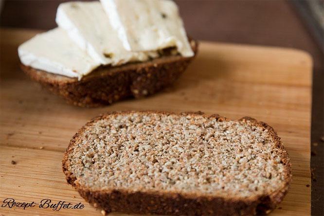 Das Eiweißbrot ist reich an Proteinen. Den Geschmack könnt ihr mit euren Lieblingskräutern verfeinern.