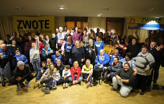 Foto: Eintracht.com  Gruppenfoto mit Benjamin Kessel und der Zwoten