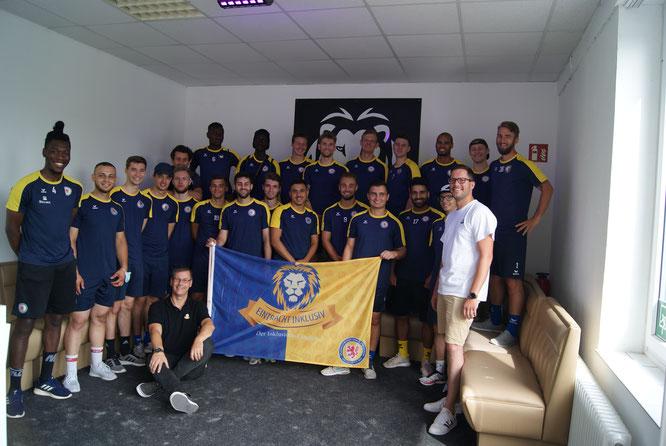 Die Zweite Mannschaft von Eintracht mit dem Vorstand vom Fanclub