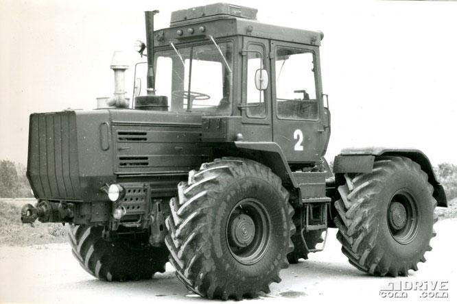 Легкий колесный модерниированный тягач Т-155М. Фото архивное