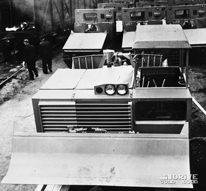 """Трейлевочный трактор ТДТ-55 """"Онежец"""" на территории Онежского тракторного завода. (Фото архивное)"""