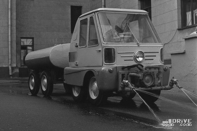 Универсальная машина Т-30 с прицепной цистерной для полива. Фото архивное