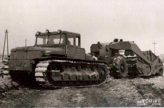 ДЭТ-250 с прицепным скрепером. Фото архивное