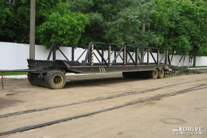 Специальный прицеп-трейлер для транспортировки вагонов. Фото Ивана Войтешонка. 10/06/2005