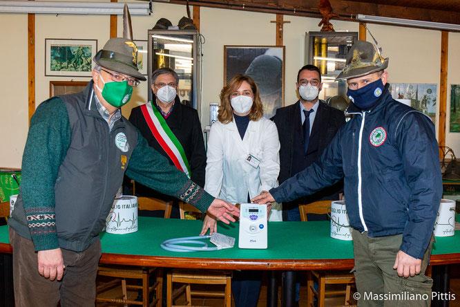 Le autorità consegnano la lampada alla Dott.ssa Miorin