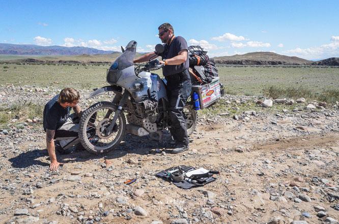 Stürze liegen in der Mongolei an der Tagesordnung. Und die Reparatur unserer treuen Honda´s gestaltet sich oftmals schwierig.