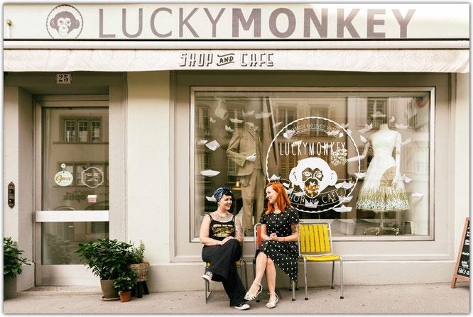 Eveline und Arlette vor dem Luckymonkey in Aarau