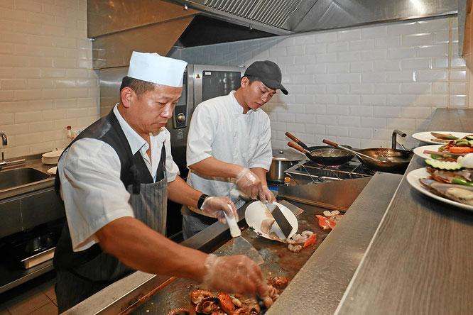 Chinesische Spezialitätenköche am Teppanyaki-Grill