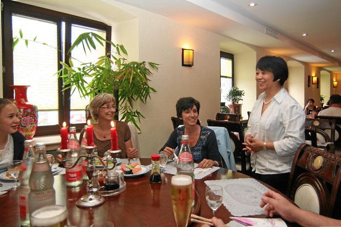 Frau Tao bei Ihren Gästen