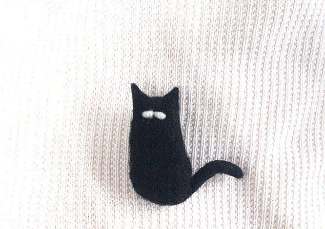 羊毛フェルトdeハンドメイドしたヒゲ男爵な猫のブローチ
