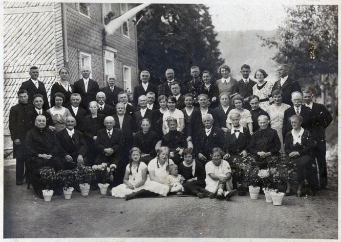 Die Goldhochzeit von Heinrich und Josefa Kleinjohann im Jahr 1933 soll laut Überlieferung in der Familie die erste überhaupt im Ort Schladern gewesen sein.