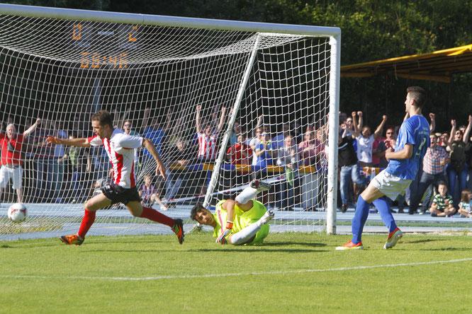 Germán Beltrán, marcando el gol del ascenso a Segunda B ante el Mar Menor. Foto: Jose Montes.