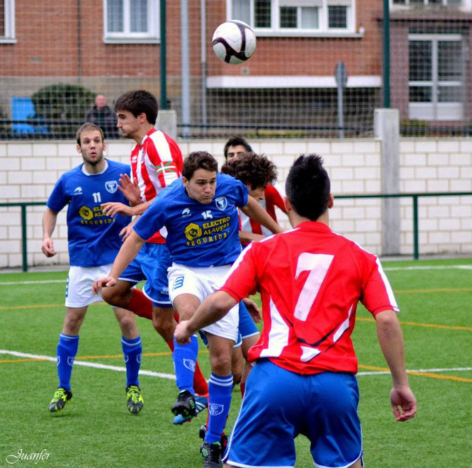 Partido entre el Laudio B y El Pilar-Marianistas de la temporada 2012-13 disputado en San Martín. Foto: Juanfer.
