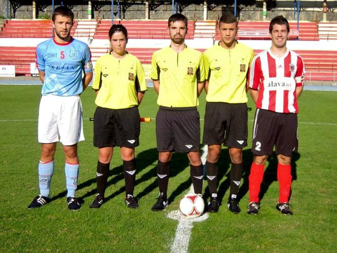 El trío arbitral con los capitanes de Laudio y Ariznabarra en el partido de la primera vuelta disputado en Ellakuri. Foto: Koldo Zurimendi.