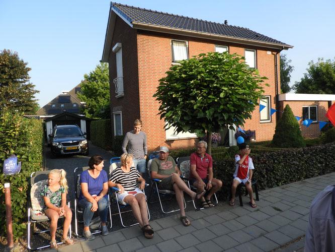 Les  habitants  sont  tous sur le devant de  leur  maison  dés   le  matin .