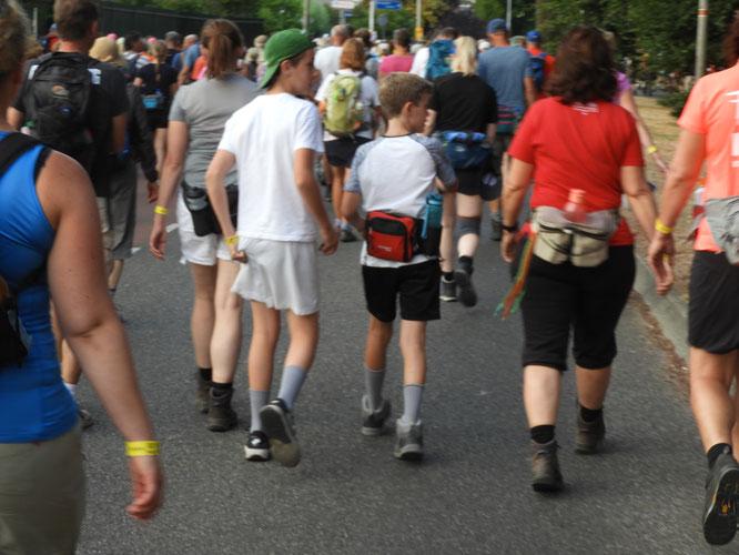 2 adolescents avec leur mére .  Le  plus  jeune doit avoir tout juste  13 ans  age pour faire  les  40 KM .