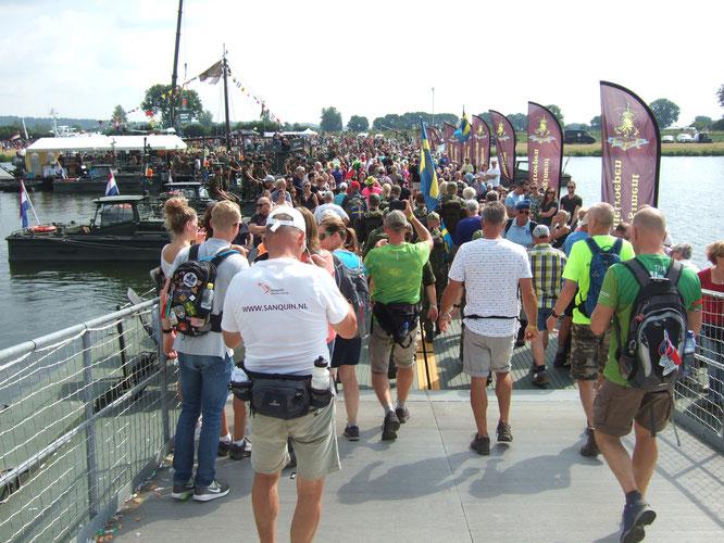 le  4 éme jour  , le  pont  flotant  sur la  Meuse .   Un grand moment .