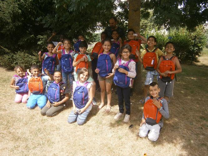 Pour encourrager nos jeunes randonneurs  ,  le club ARNV  leur a offert à chacun   un  sac  à dos  (pour la randonnée )  et  un porte cle lampe  ( recharge solaire )  pour  partir dans le bonne direction. Merci  à leur instituteurs  pour leur engagement .