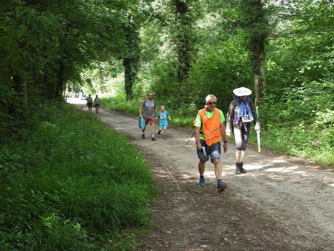 Vers   Senlis dans  la  Forêt   .   le  plus  jeune  participant  .   semi-marathon  -  22 km    .  2018 .