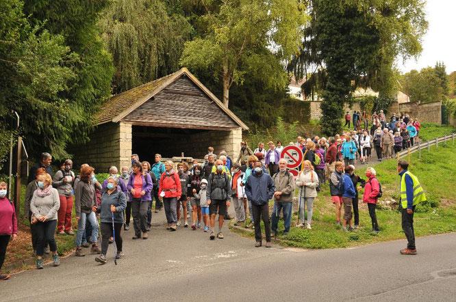 Randonnée  10 km   :   2 éme lavoir  .   regroupement avant la  traversée de la route .