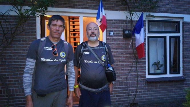 Au petit matin avant le départ  vers les  5 heures du matin , les marathoniens !