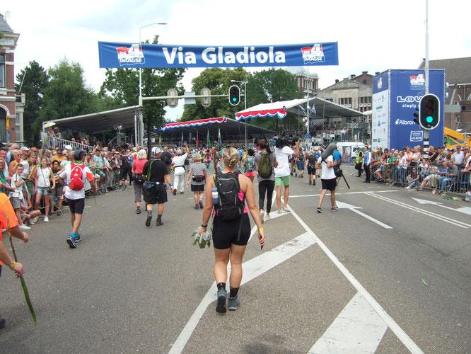 L'arrivée le denier jour  ;  la via GLADIOLA   est la fin d'une longue ligne droite, mais les tribunes  apparaissent  et  on  oublie la fatigue.  .