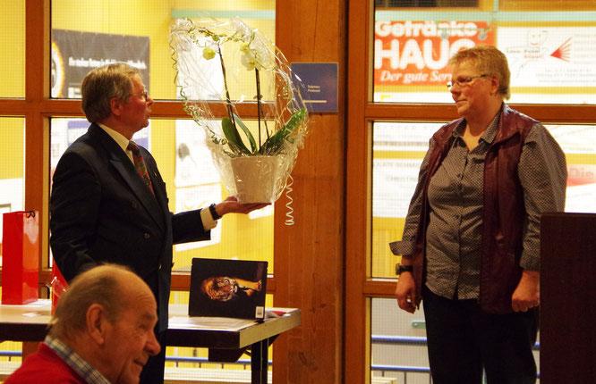 Foto: E. Heybach: Eine Orchidee für die Vorsitzende Gudrun Buschle als Dankeschön für den großartigen Einsatz für den Verein.