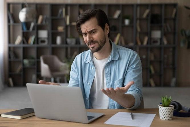 Mann ärgert sich weil Laptop abgestürzt ist