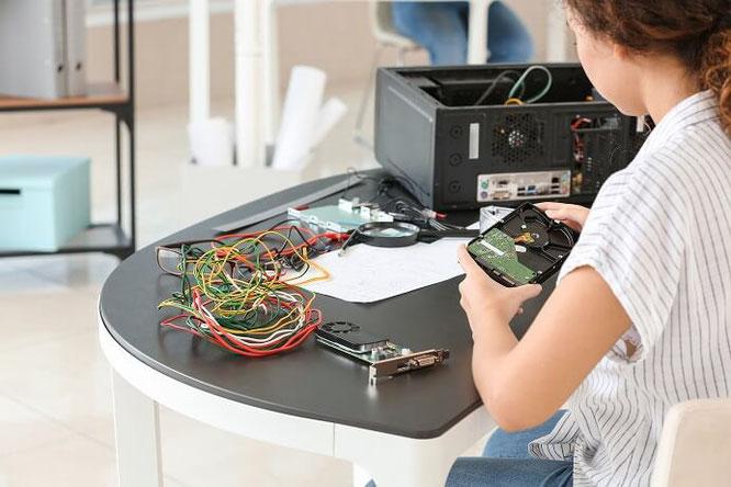 Frau repariert eine Grafikkarte