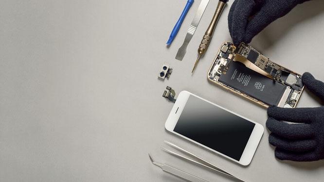 Person repariert ein iPhone