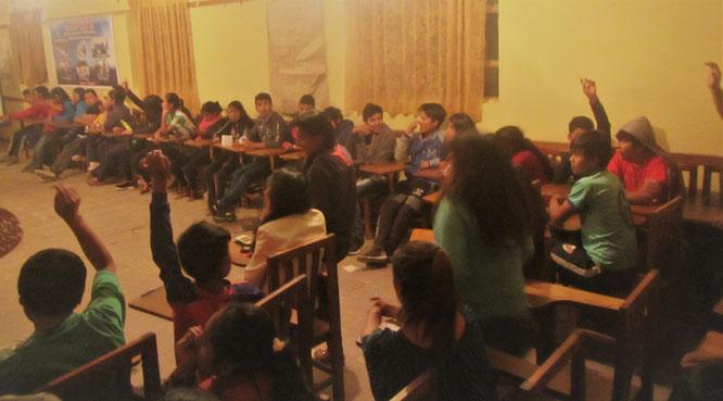 Diskussion unter den Delegierten: Bei den Abstimmungen geht es hoch her und der Einfluss von Erwachsenen wird von den Kindern untersagt.