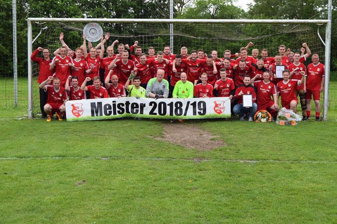 Die nach der Ehrung  jubelnden Meisterschaften des TSV Holtrop in der Saison 2018/2019.