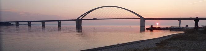 Bild: Fehmarnsundbrücke beim Sonnenuntergang
