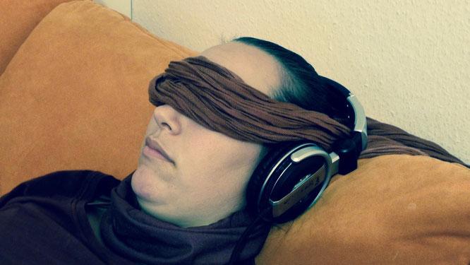 geführte Meditation am besten über Kopfhörer mit einem Tuch auf den Augen