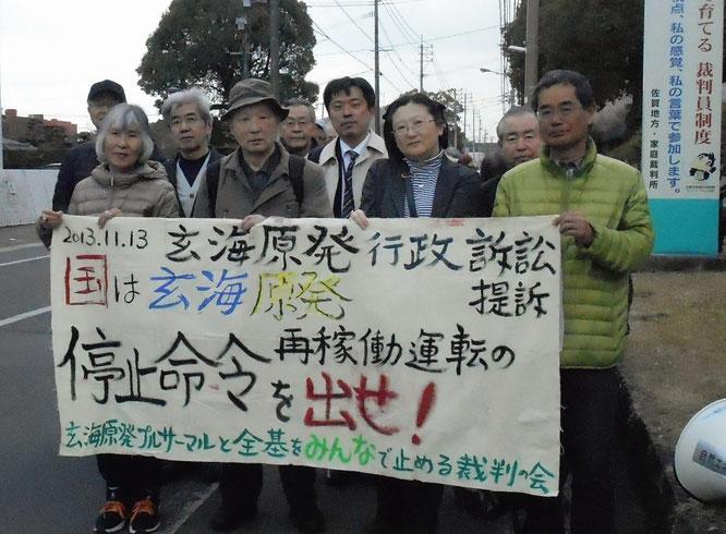 ※写真1:行政訴訟だけの今日は、2013年11月13日の提訴時の横断幕を入廷時の先頭に掲げました。