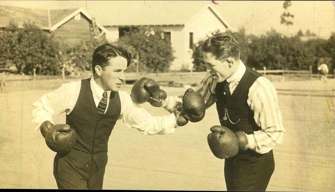 Чарли Чаплин боксирует.