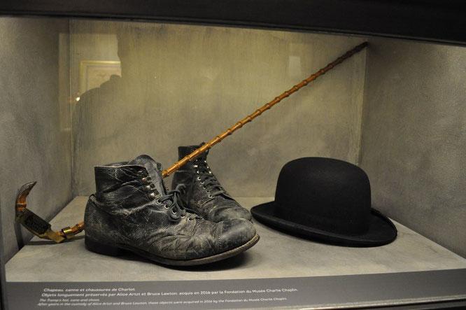 Шляпа, трость и ботинки Чарли Чаплина.