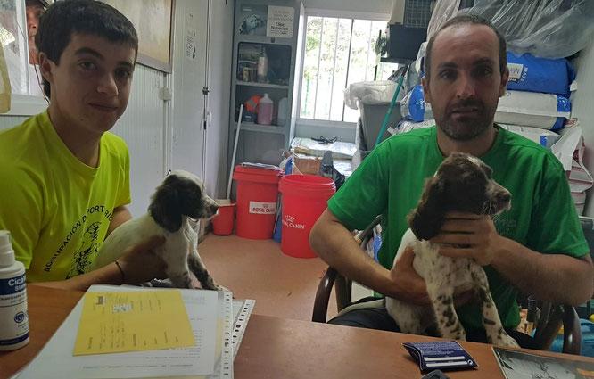 """David y Daniel de La Rioja, con los cachorros """"DRANTE"""" y """"DRON"""" de Berquir"""