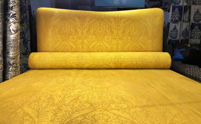 Letto imbottito e copriletto damascato in seta e lino color ocra