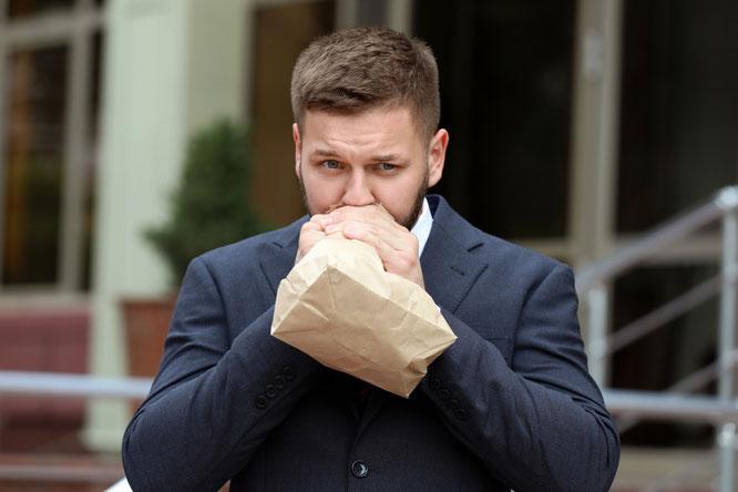 Musste zur Beruhigung erstmal in eine Tüte Gulasch atmen: Mitarbeiter des Postillon