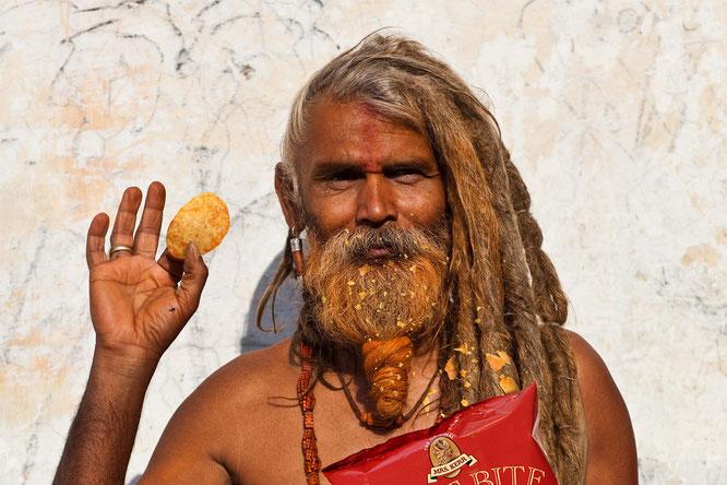 So sah der Fakir vor der Photoshop-Bearbeitung aus. Die halbe Kartoffelchipspackung hängt ihm im Gesicht.