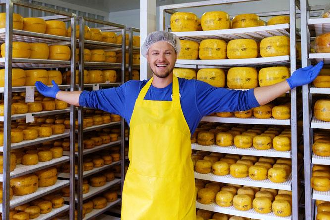 Alles okay mit dem Käse: Schichtleiter Phillip Langfeld vor seinen korrekt gekühlten Produkten