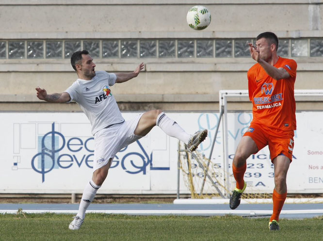 Cifuentes en el partido contra el Termalica Bruk-Bet polaco. Foto: www.afe-futbol.com