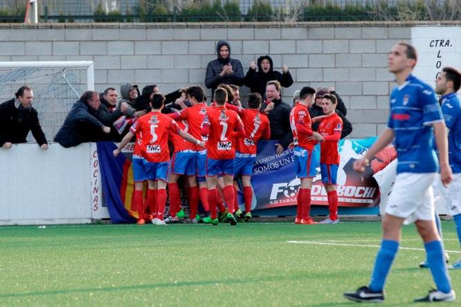 Los jugadores del Tarazona celebran el gol de Lumbreras con sus aficionados. Foto: www.heraldo.es